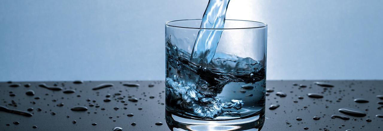Szklanka z nalewaną wodą